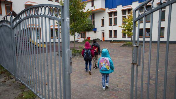 Migrant's children walk towards their school in the village of Oranje, Netherlands, Thursday, Oct. 8, 2015 - Sputnik International