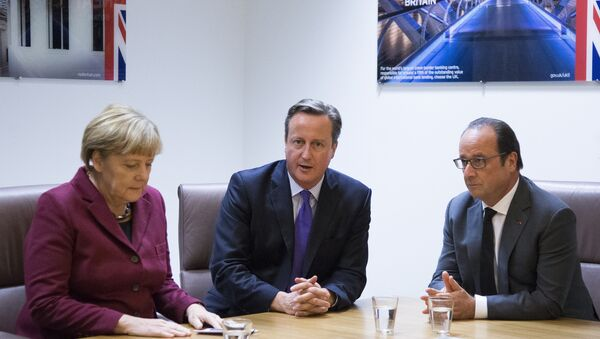 German Chancellor Angela Merkel (L), British Prime Minister David Cameron (C) and French President Francois Hollande (R) take part in a meeting as part of a European Union leaders summit in Brussels on October 15, 2015. - Sputnik International