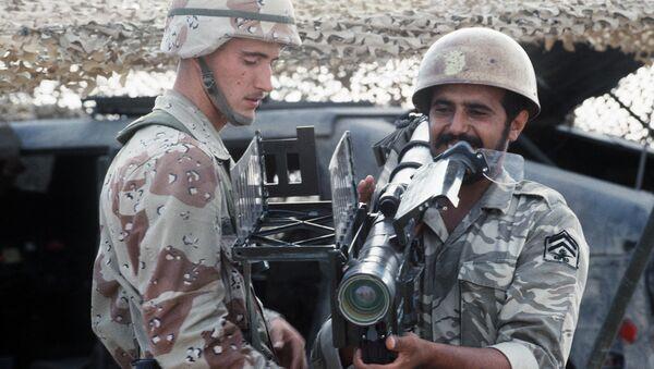 A US Airborne Infantryman stands by as a Saudi Arabian national guardsman sights an FIM-92A Stinger portable anti-aircraft missile launcher. Archive photo. - Sputnik International