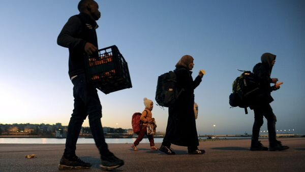 Refugees and migrants walk after disembarking from passenger ferry Blue Star1 at the port of Piraeus, near Athens, Greece, February 20, 2016. - Sputnik International