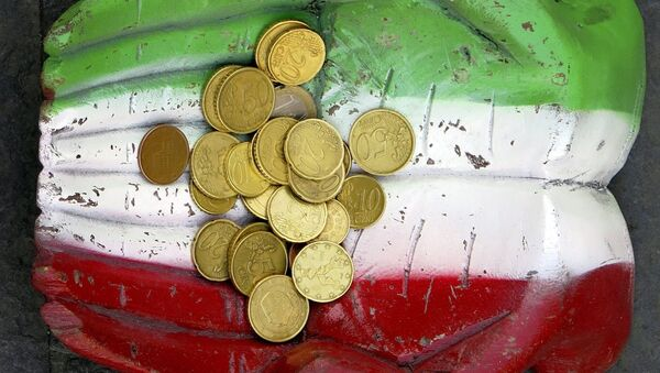 Euro coins seen on the figure of a pair of hands, which are painted in Italy's colour national colours, on the ground in downtown Rome. - Sputnik International