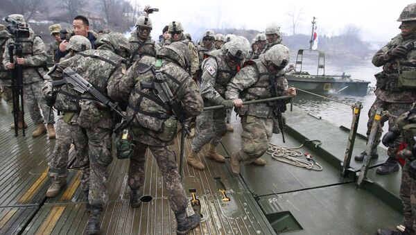 U.S. and South Korean, left, army soldiers work together to set up a floating bridge on the Hantan river during a river crossing operation, part of an annual joint military exercise between South Korea and the United States - Sputnik International