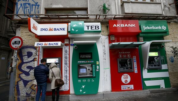 People withdraw money from an ATM at the main shopping and pedestrian street of Istiklal in central Istanbul, Turkey January 30, 2016 - Sputnik International