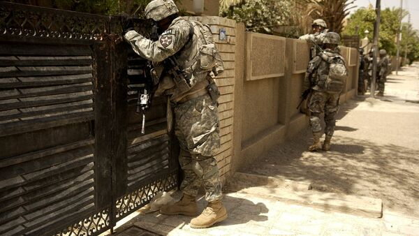 U.S. Army Soldiers look into the courtyard of a house. Iraq - Sputnik International