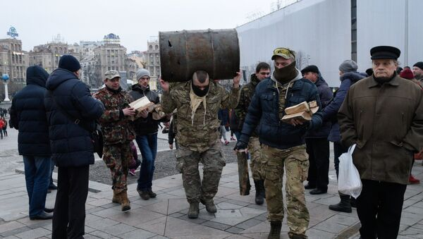 Participants of the People's Veche (Assembly) of radicals carry barrels and wood to make fire on Indepence Square in Kiev - Sputnik International