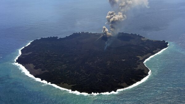 This handout picture taken by Japan Coast Guard on March 25, 2015 shows the newly created Nishinoshima island at the Ogasawara island chain, 1,000 kilometres south of Tokyo - Sputnik International
