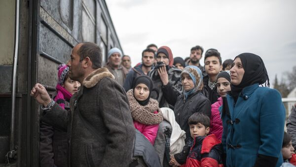 Migrants and refugees board a train heading to to Serbia after crossing the Greek-Macedonian border near Gevgelija on February 18, 2016. - Sputnik International