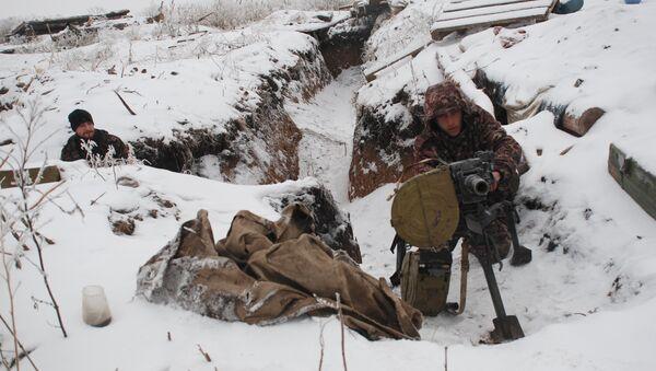 DPR militiamen on demarcation line - Sputnik International