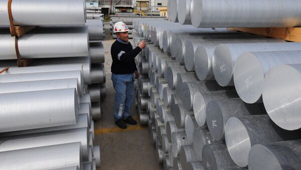 Aworker checks aluminium bars on February 15, 2010 at the US aluminium company Alcoa's plant in Portovesme. (File) - Sputnik International