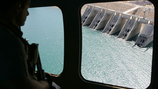 The view from a helicopter as it flies above the dam in Mosul, Iraq. - Sputnik International