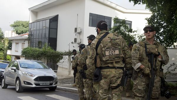 Federal police officers are deployed at the Lula Institute headquarters in Sao Paulo, Brazil on March 04, 2016. Police searched the home of Brazil's powerful ex-president Luiz Inacio Lula da Silva and detained him for questioning Friday in a probe into a huge corruption scheme. - Sputnik International