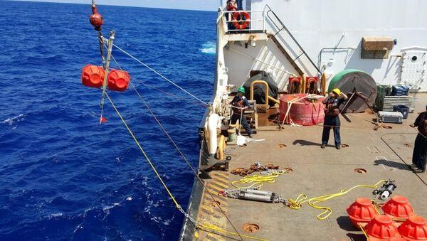 Hauling up hydrophone during the Challenger Deep mission in 2015 - Sputnik International