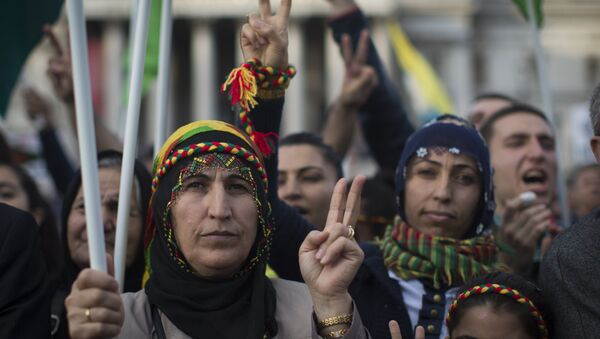 Protesters gesture the peace sign during a demonstration in Trafalgar Square in London on November 1, 2014 in a show of solidarity with Kurdish resistance to Islamic State - Sputnik International
