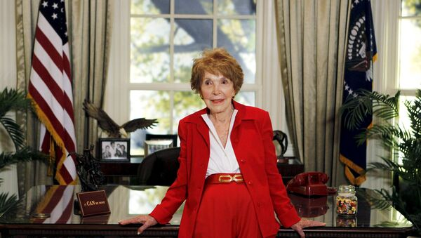 Former U.S. first lady Nancy Reagan waits to greet Republican presidential candidates in a replica of the Oval Office at the Ronald Reagan Presidential Library in Simi Valley, California in this September 7, 2011 file photo - Sputnik International