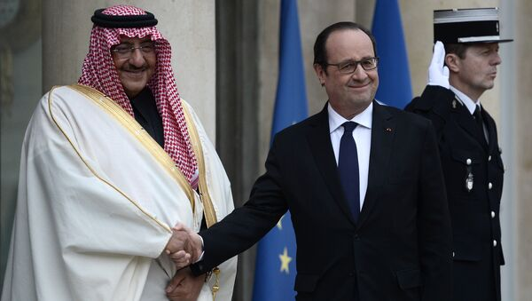 French President Francois Hollande (R) greets Saudi Crown Prince Mohammed bin Nayef upon his arrival for their talks on March 4, 2016 at the Elysee Presidential Palace in Paris - Sputnik International