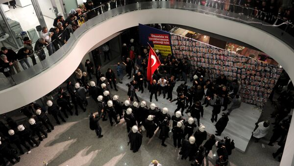 Riot police scuffle with employees at the headquarters of Zaman newspaper in Istanbul, Turkey, late March 4, 2016 - Sputnik International