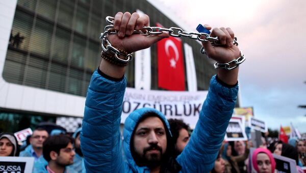 An employee of Zaman newspaper holds a chain during a protest at the courtyard of the newspaper in Istanbul, Turkey March 4, 2016. - Sputnik International