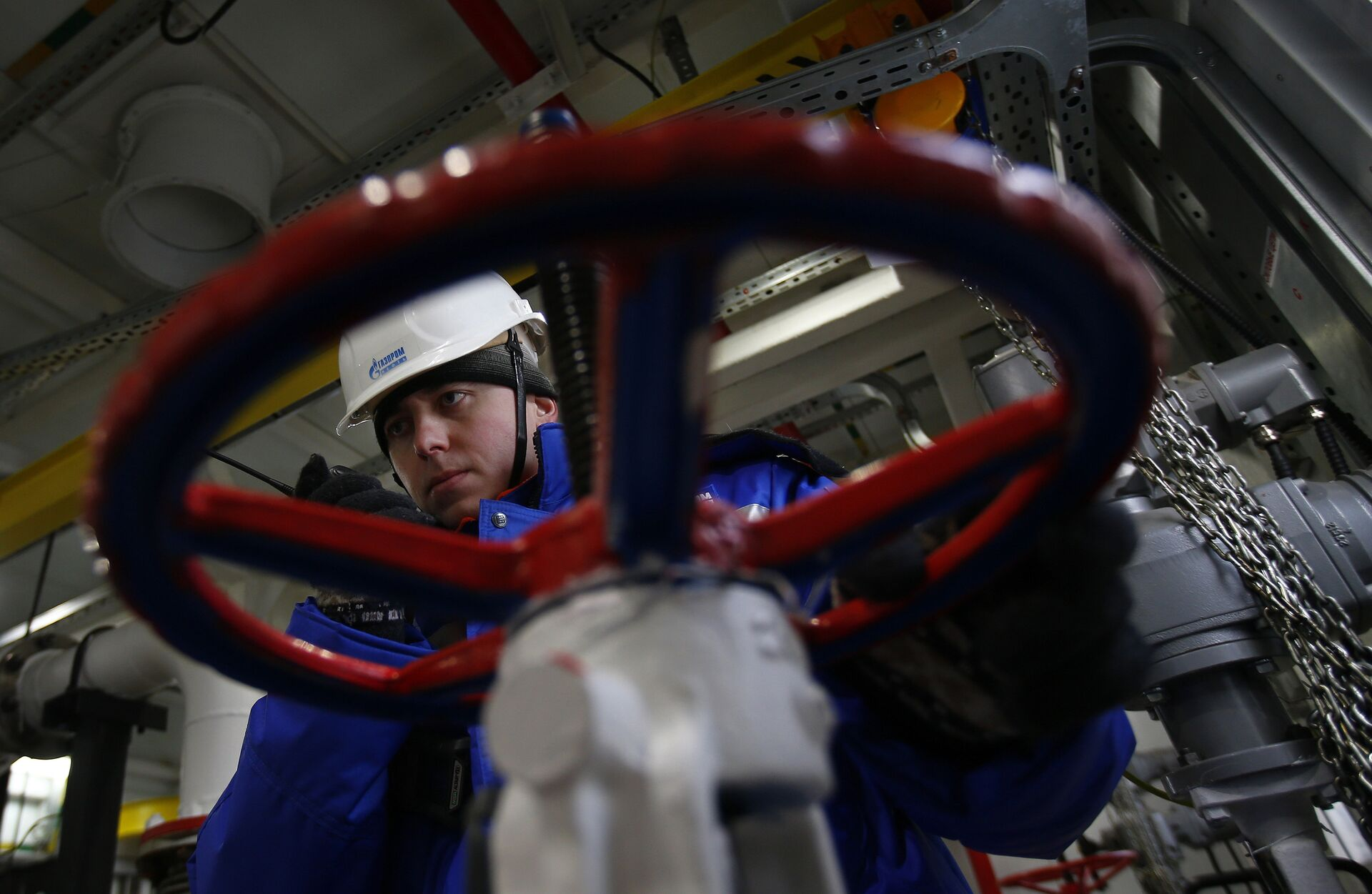 A worker of Russian gas and oil giant Gazprom works on February 18, 2015 in Novoprtovskoye oil and gas condensates oilfield at Cape Kamenny in the Gulf of Ob shore line in the south-east of a peninsular in the Yamalo-Nenets Autonomous District, 250 km north of the town of Nadym, northern Russia - Sputnik International, 1920, 23.09.2021