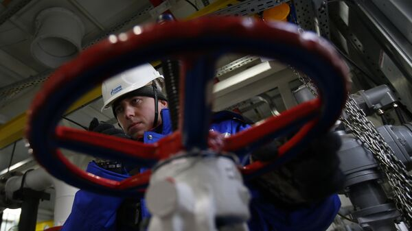 A worker of Russian gas and oil giant Gazprom works on February 18, 2015 in Novoprtovskoye oil and gas condensates oilfield at Cape Kamenny in the Gulf of Ob shore line in the south-east of a peninsular in the Yamalo-Nenets Autonomous District, 250 km north of the town of Nadym, northern Russia - Sputnik International