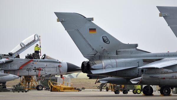 A technician works on a German Tornado jet at the air base in Incirlik, Turkey, on January 21, 2016 - Sputnik International