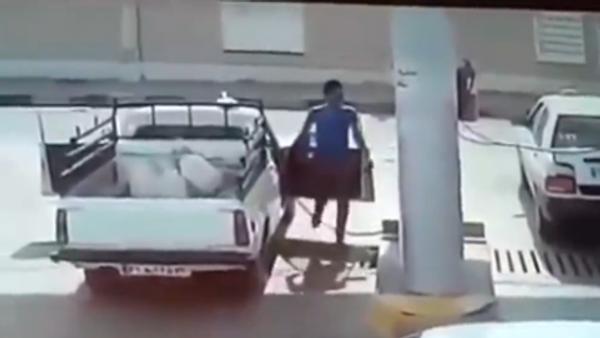 Pick-up Truck suddenly explodes at fuel pump - Sputnik International