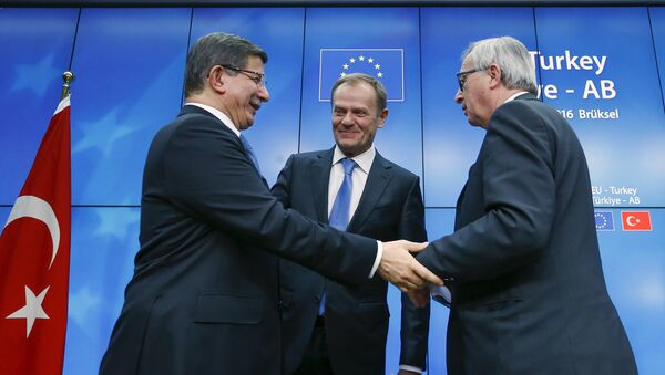 Turkish Prime Minister Ahmet Davutoglu (L), European Council President Donald Tusk (C) and European Commission President Jean Claude Juncker (R) greet each other after a news conference at the end of a EU-Turkey summit in Brussels March 8, 2016 - Sputnik International