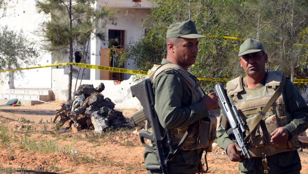 Tunisian soldiers stand guard at the scene of an assault on a house outside the town of Ben Guerdane near the border with Libya on March 3, 2016 - Sputnik International