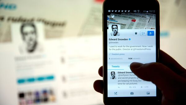 A picture taken on September 29, 2015 shows the Twitter account of former US intelligence contractor Edward Snowden. - Sputnik International