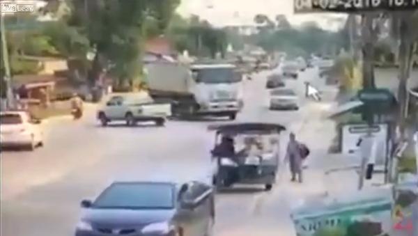 Truck Driver Drifting to Avoid Crash - Sputnik International