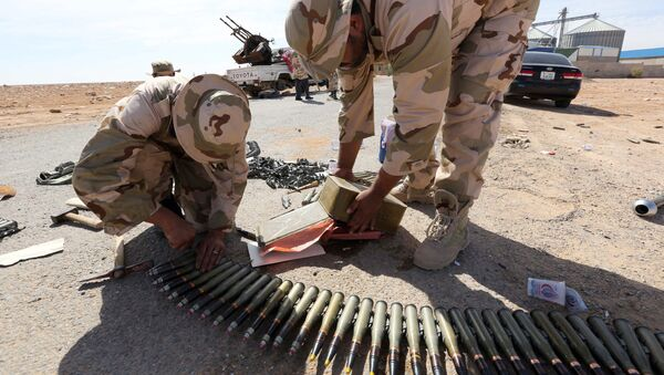 Libyan soldiers check ammunition, some three kilometers from the northern entrance to the Bani Walid (file photo) - Sputnik International