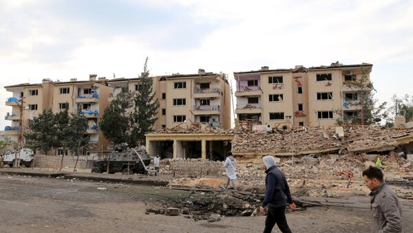 Forensic experts and plain clothes security officers inspect a police housing comlex after a car bomb and rocket attack by Kurdish militants in Nusaybin, in the southeastern province of Mardin, Turkey March 4, 2016 - Sputnik International