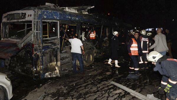 Сгоревший автобус в результате взрыва в Анкаре - Sputnik International