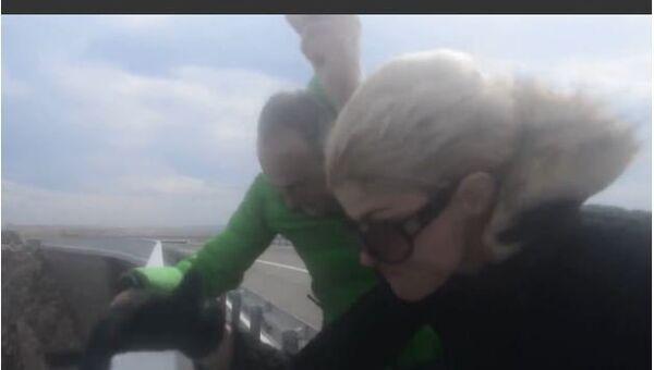 Hurricane Force Winds atop Bridge - Sputnik International