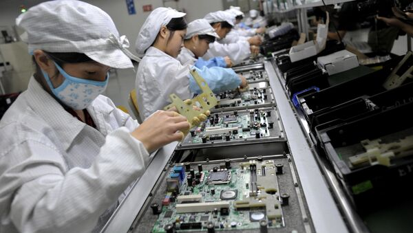 Chinese workers assemble electronic components at the Taiwanese technology giant Foxconn's factory in Shenzhen, in the southern Guangzhou province (File) - Sputnik International