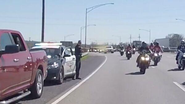 Cop Pepper-Sprays Passing Bikers for No Apparent Reason - Sputnik International