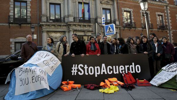 People protest against the EU-Turkey migrant deal in front of the Spanish foreign ministry in Madrid, Spain, March 16, 2016 - Sputnik International