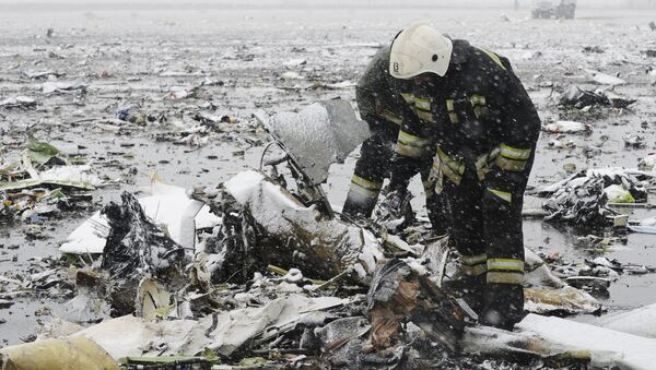 Emergencies Ministry members search the wreckage at the crash site of Flight number FZ981, a Boeing 737-800 operated by Dubai-based budget carrier Flydubai, at the airport of Rostov-On-Don, Russia, March 19, 2016. - Sputnik International
