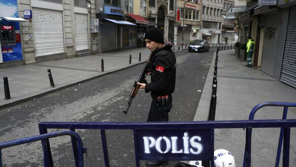 A police officer secures the area following a suicide bombing in a major shopping and tourist district in central Istanbul March 19, 2016. - Sputnik International