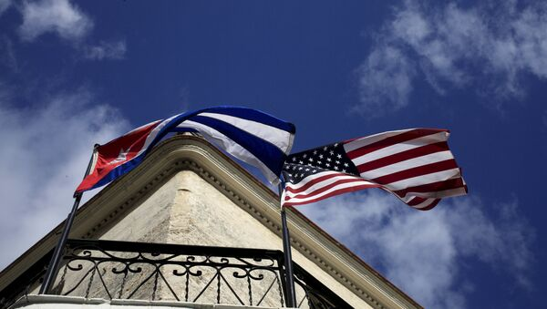 Cuban and US flags are seen on the balcony of a restaurant in downtown Havana, Cuba March 19, 2016. - Sputnik International