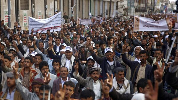 Shiite rebels, known as Houthis protest against Saudi-led airstrikes, in Sanaa, Yemen, Friday, March 18, 2016. - Sputnik International