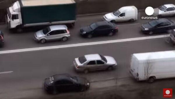 Ukrainian driver's unusual way of avoiding traffic jam...in reverse - Sputnik International