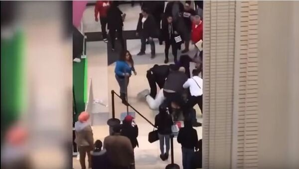 Easter Bunny Fights With Newport Centre Shoppers At Jersey City Mall - Sputnik International
