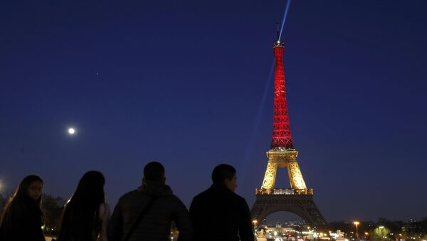 The Eiffel Tower is seen with the black, yellow and red colours of the Belgian flag in tribute to the victims of today's Brussels bomb attacks in Paris. - Sputnik International