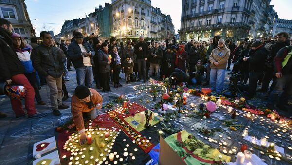 People bring flowers and candles to mourn at the Place de la Bourse in the center of Brussels. - Sputnik International