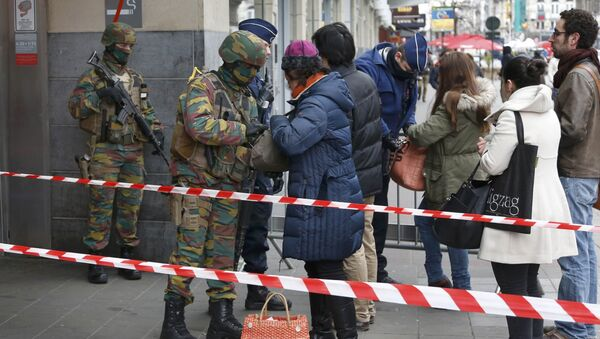 Belgian troops search people entering a subway station following Tuesday's bomb attacks in Brussels, Belgium, March 23, 2016 - Sputnik International
