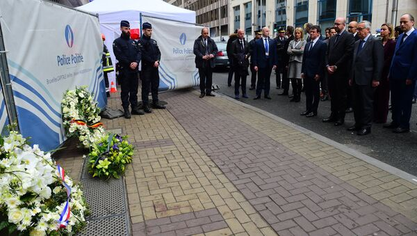 French Prime Minister Manuel Valls (C), Belgian Prime Minister Charles Michel (front 2nd-R) and European Commission President Jean-Claude Juncker (front R) pay their respects after laying wreaths at the Maelbeek - Maalbeek subway station entrance in Brussels on March 23, 2016, a day after blasts his the Belgian capital - Sputnik International