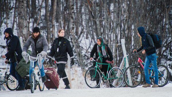 Refugees walk alongside there bikes in polar Russia - Sputnik International