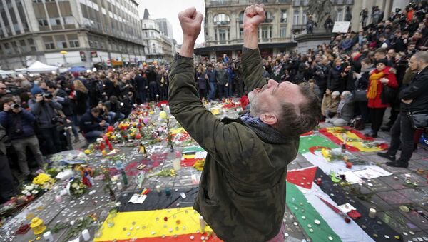 A man reacts at a street memorial following Tuesday's bomb attacks in Brussels, Belgium, March 23, 2016 - Sputnik International