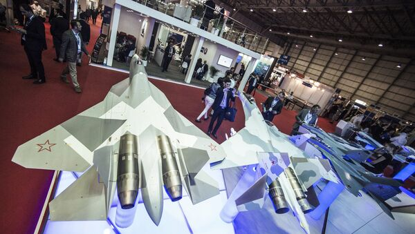 Models of the T-50, left, and Su-35 Russian fighter jets at the Rosoboronexport stand during the 2015 Dubai Airshow international exhibition - Sputnik International