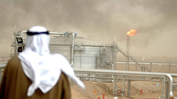 An employee of the Kuwait Oil Company (KOC) looks at 25 January 2005 the Gathering Center No.15 of al-Rawdatain field, 100 kms north of Kuwait City - Sputnik International